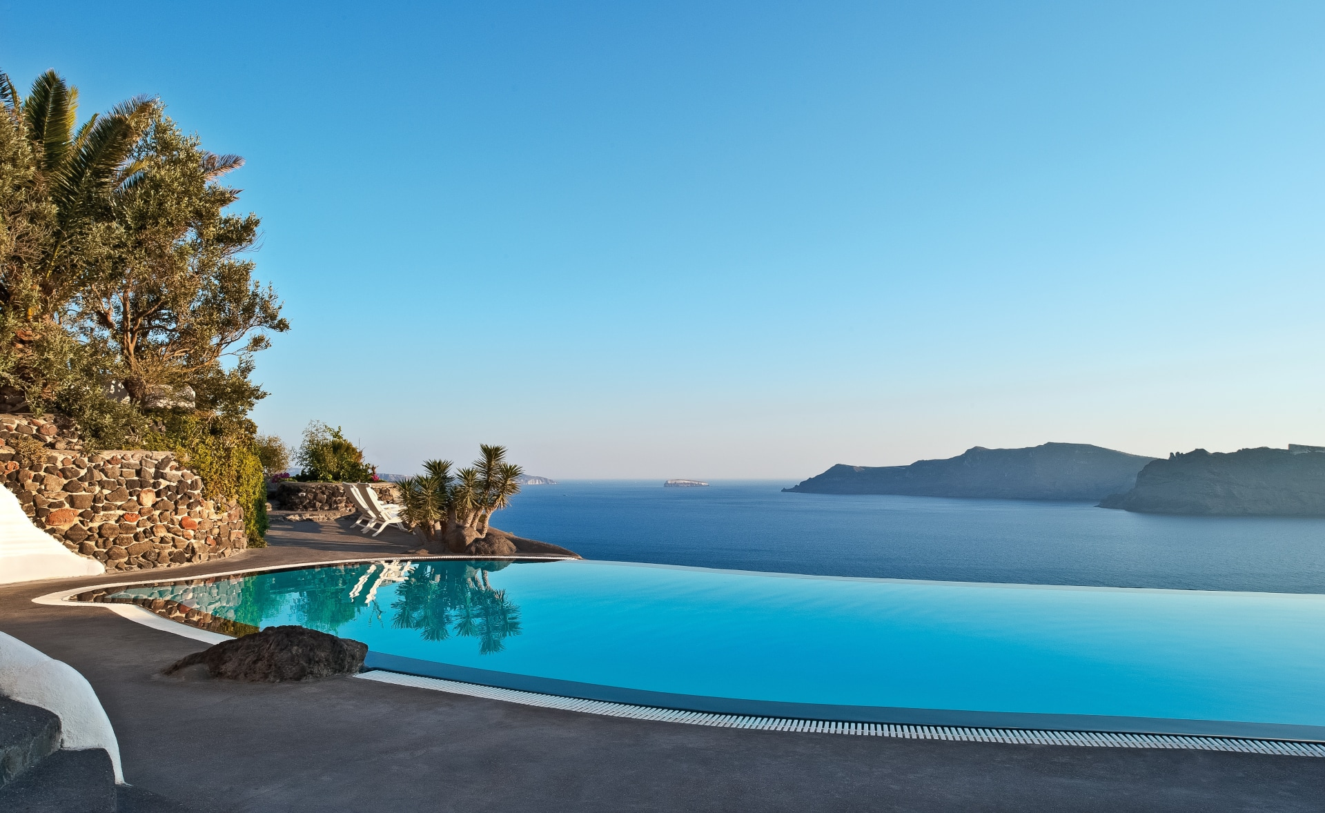 Pool mit Meerblick im Perivolas Santorini