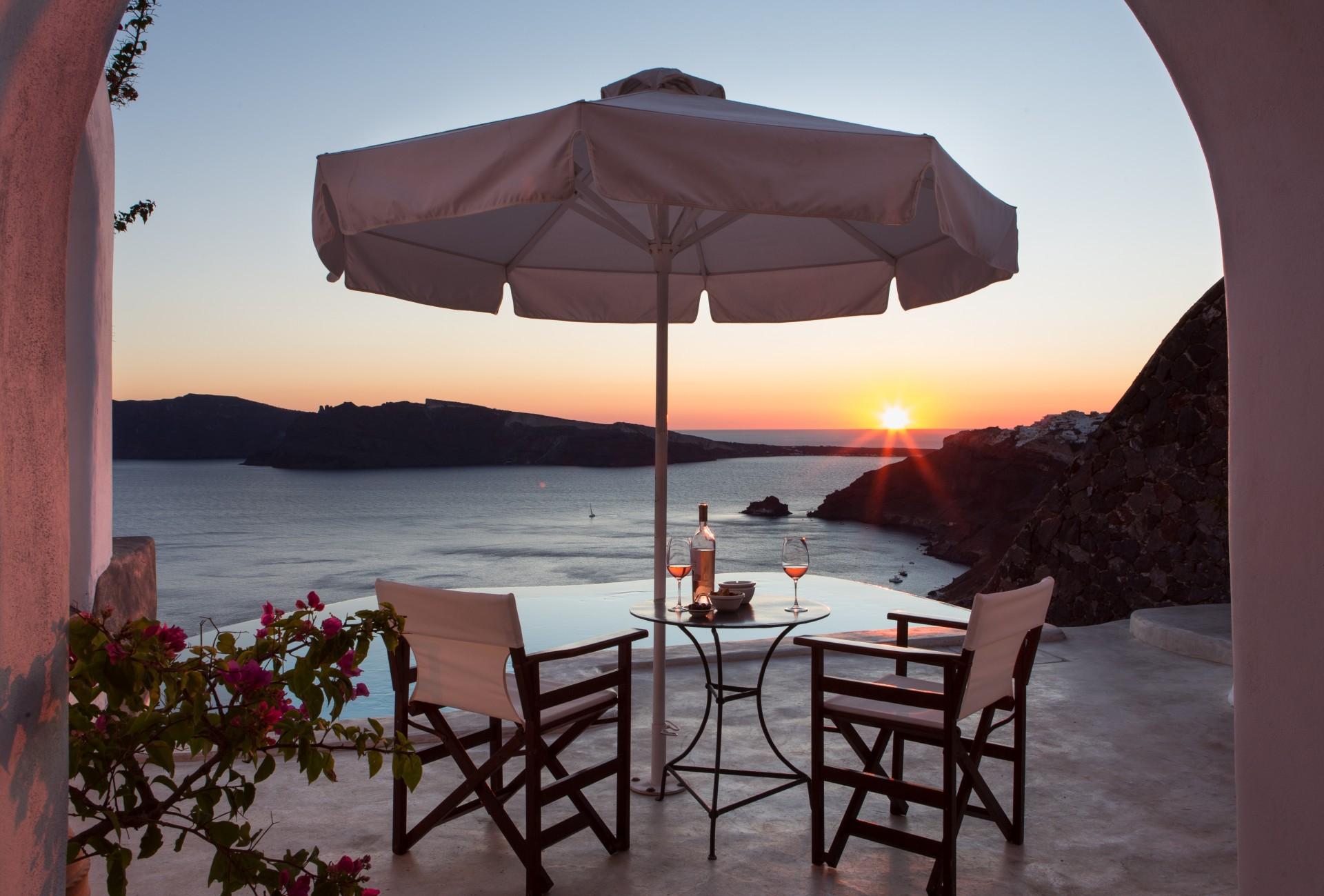 Terrasse der Deluxe Suite mit Pool und Meerblick