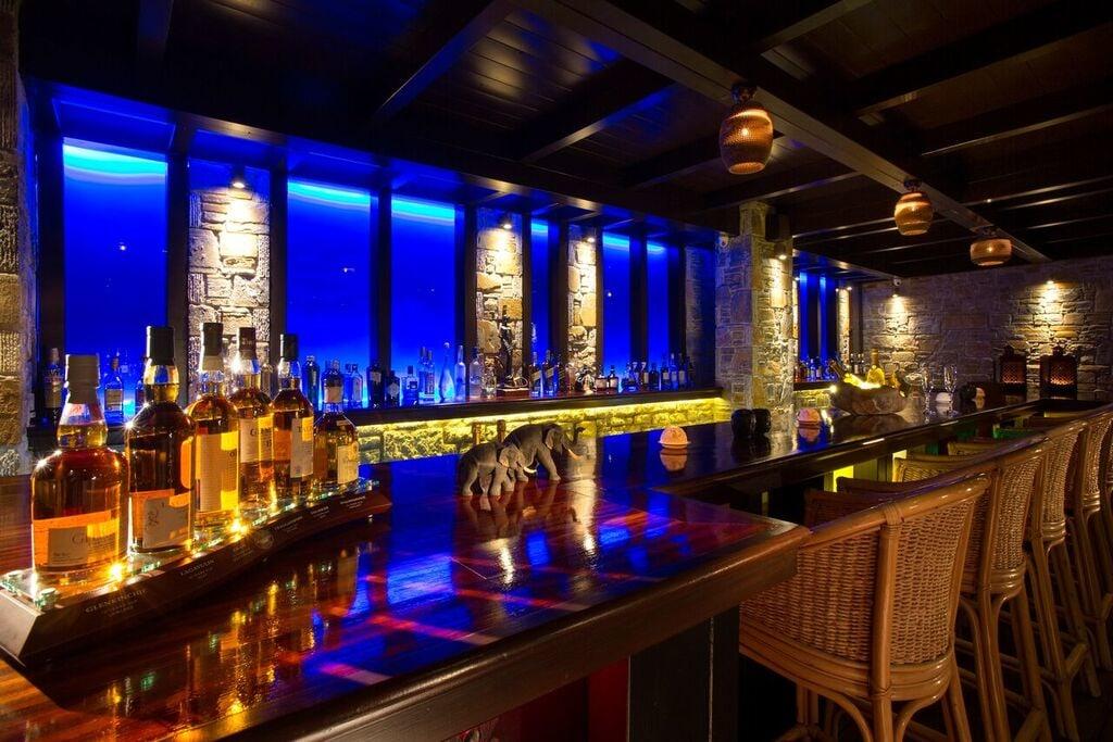 Innenbereich der Bar des The Club House am Abend