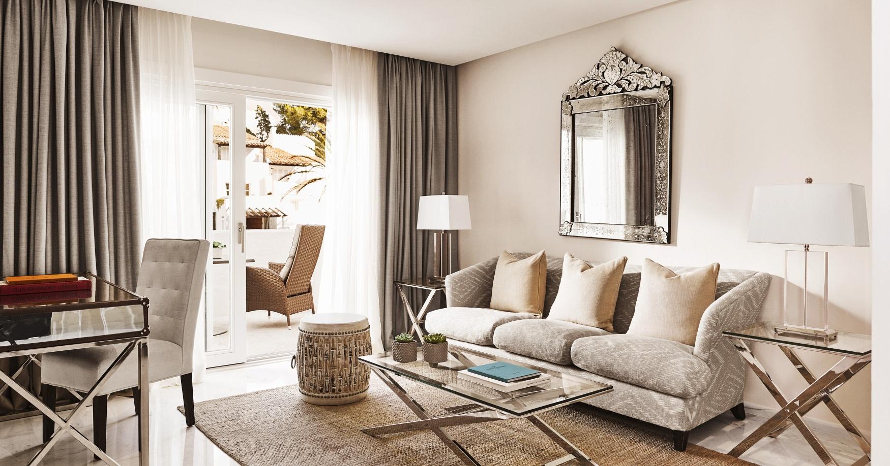 Innenansicht des Wohnbereiches der Deluxe Garden Suite des  des Puente Romano Hotels