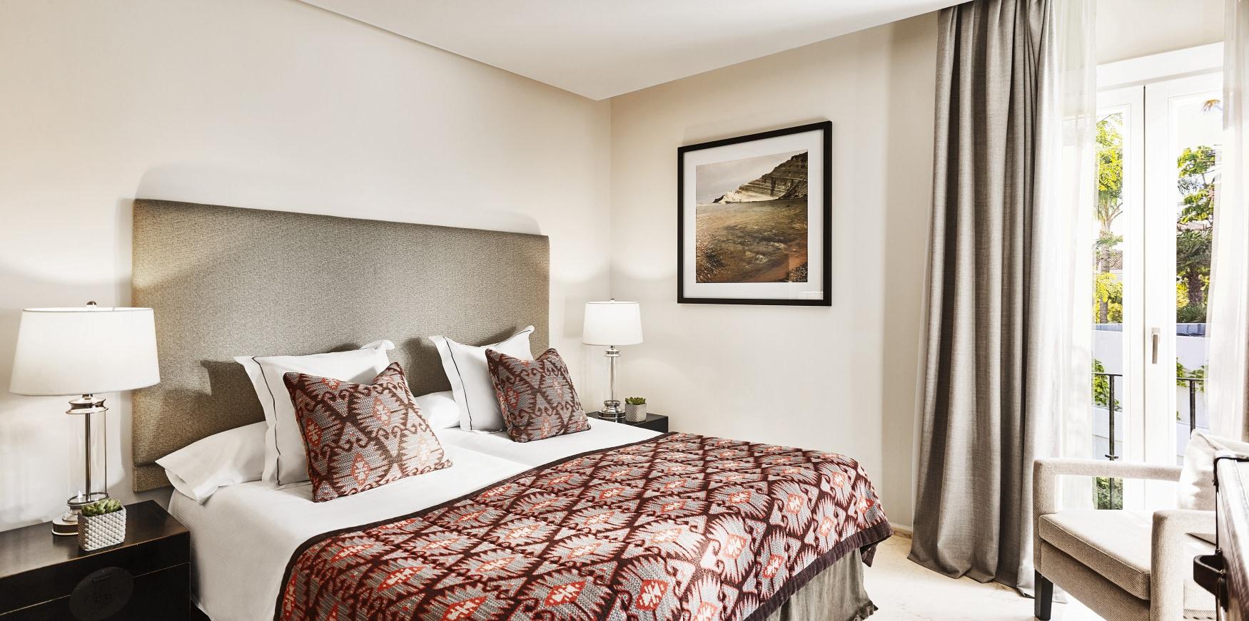 Innenansicht der Deluxe Garden Suite des Puente Romano Hotels