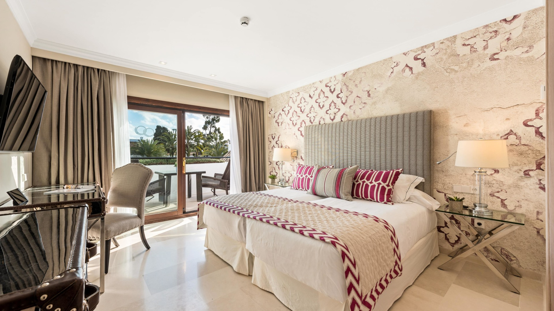 Innenansicht des Deluxe Rooms des Puente Romano Hotels