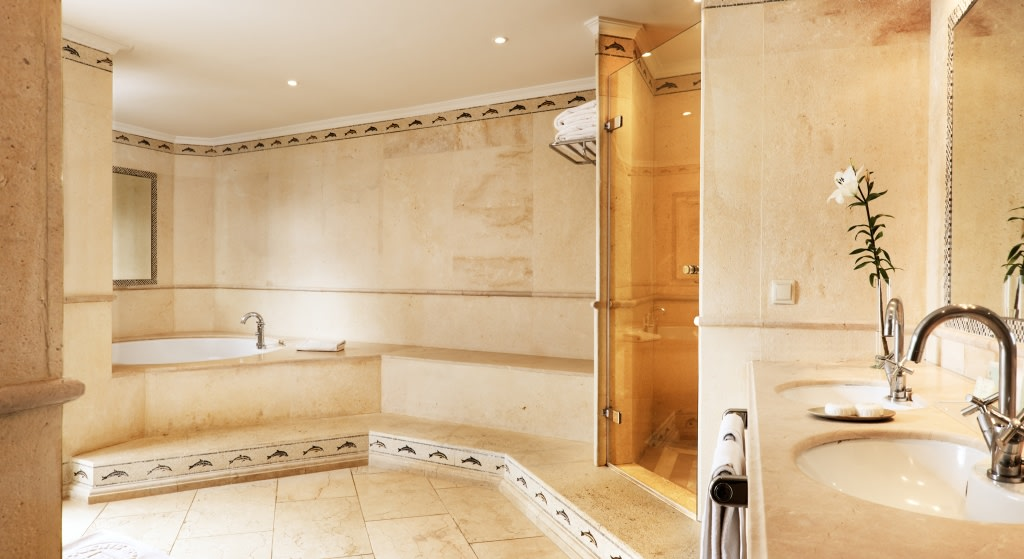Badezimmer der Grand Junior Suite des Puente Romano Hotels