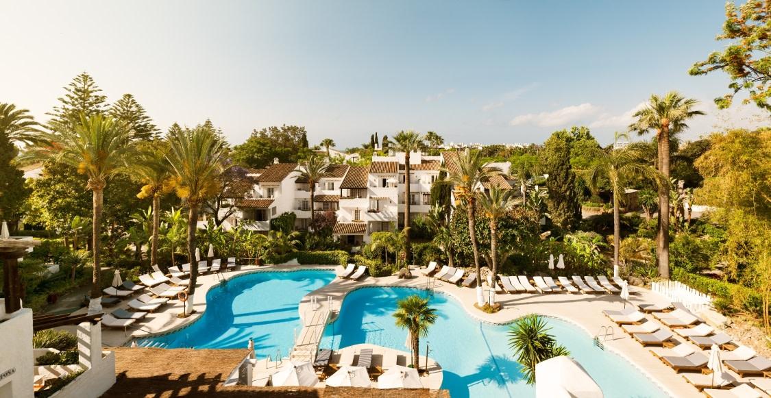 Aussicht auf den Pool des Puente Romano Hotels