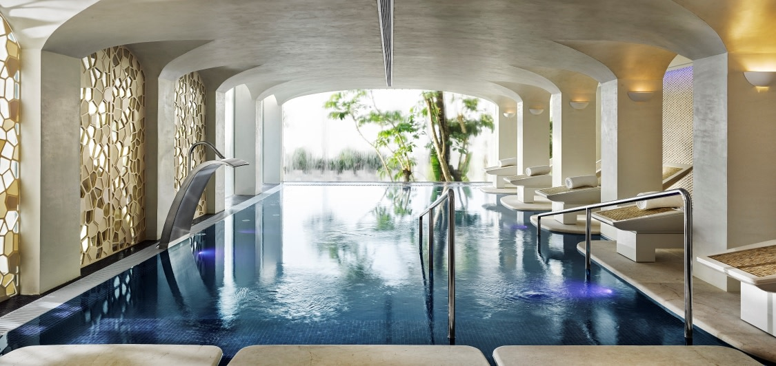 Indoor Swimmingpool im Six Senses Spa des Puente Romano Hotels