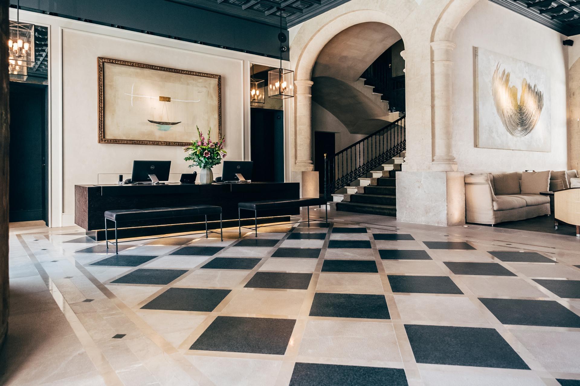Ansicht der Lobby und Rezeption des San Francesc Hotel