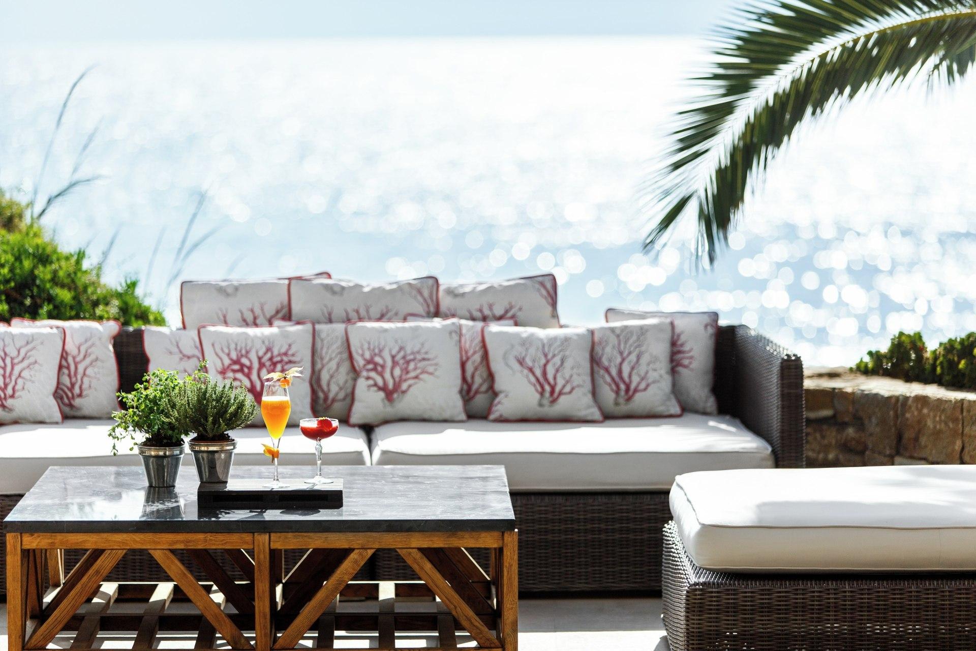 Außenansicht des Cabana Restaurants mit Aussicht auf das Meer