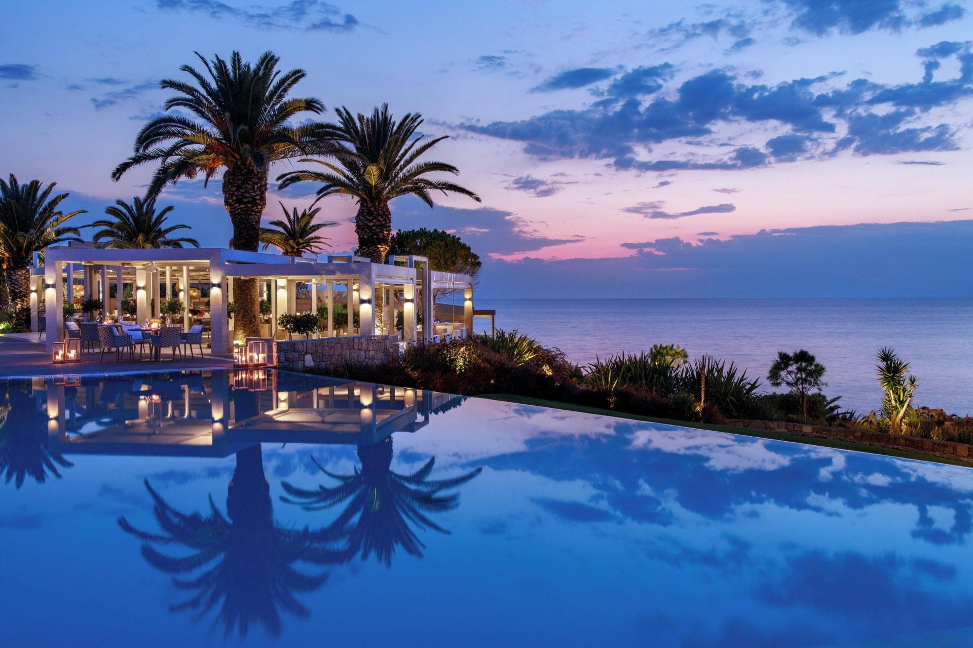 Außenansicht von dem Club Lounge Restaurant mit Aussicht aufs Meer und Pool