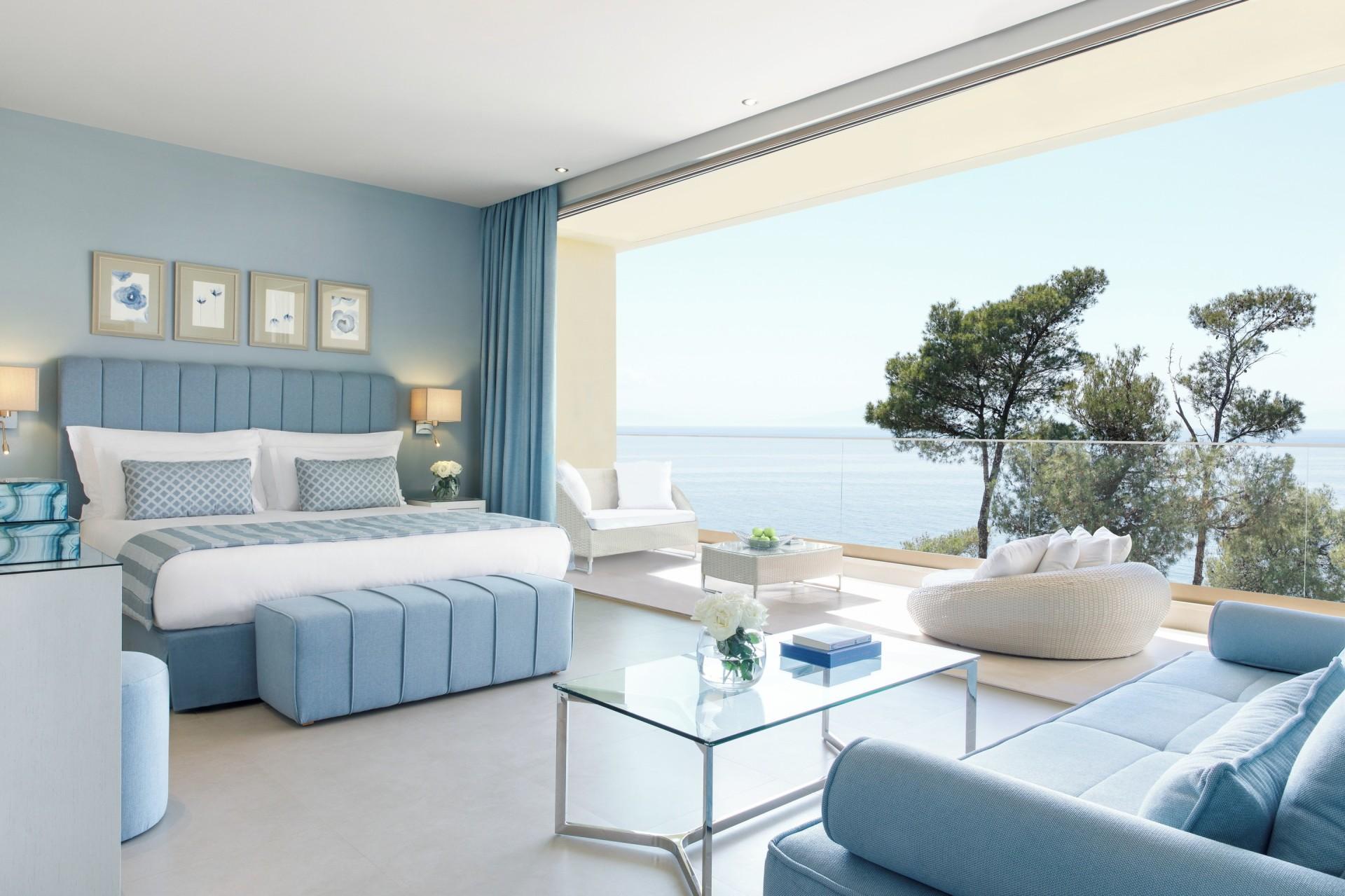 Schlafbereich von der Junior Suite mit Balkon und Meerblick