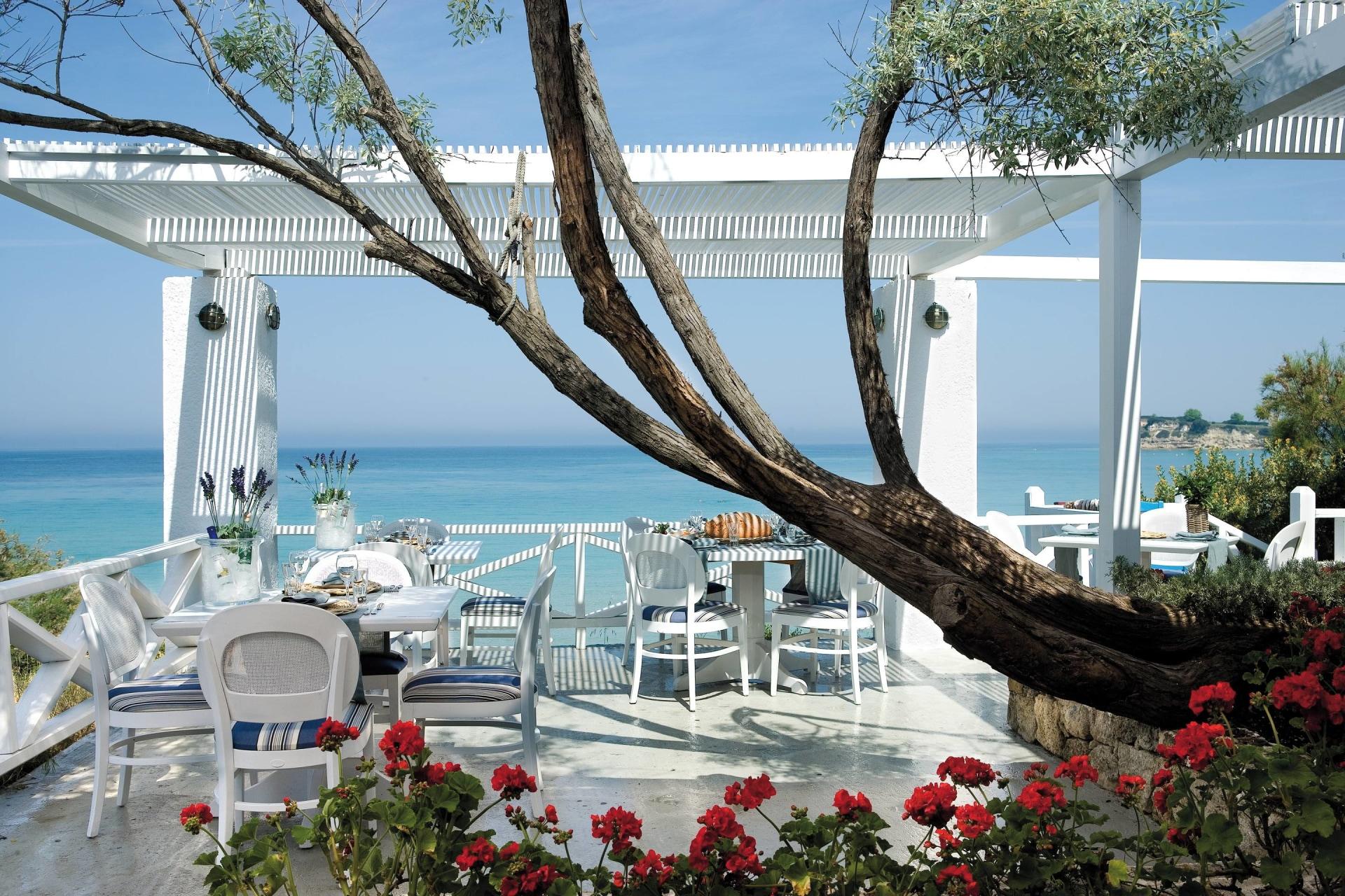 Außenansicht des Ouzeri Restaurants mit Aussicht auf das Meer