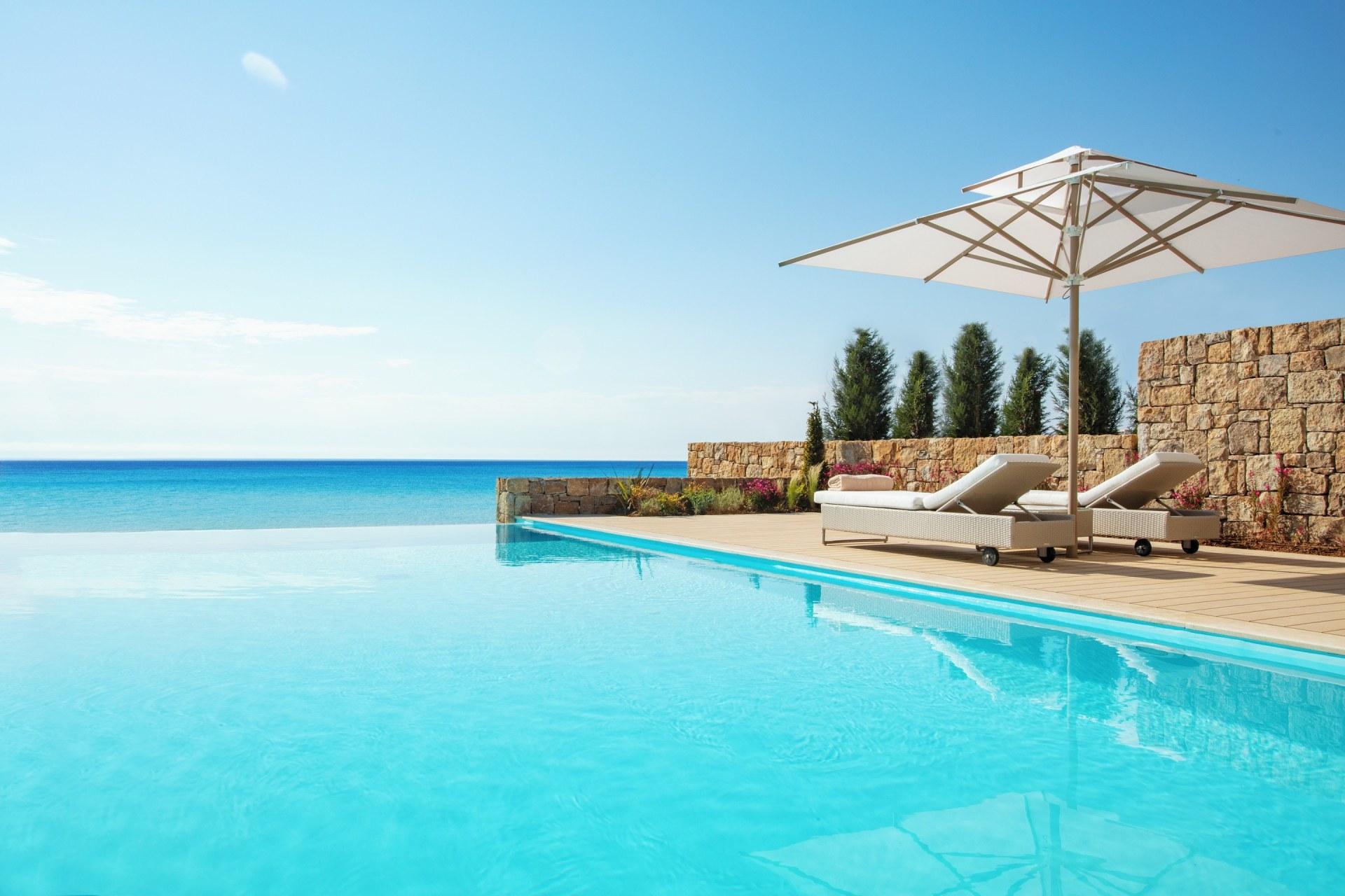 Poolbereich von der Two Bedroom Bungalow Suite mit Pool
