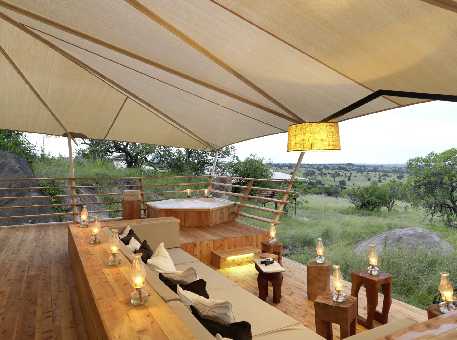 Veranda eines Gaestezelts im Serengeti Bushtops