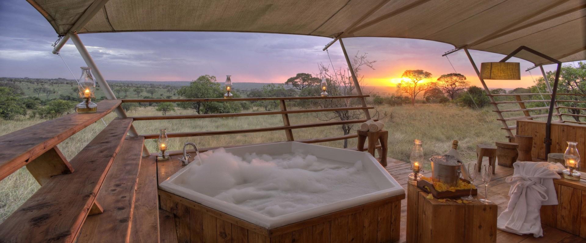 Whirlpool auf der Veranda eines Gaestezelts im Serengeti Bushtops