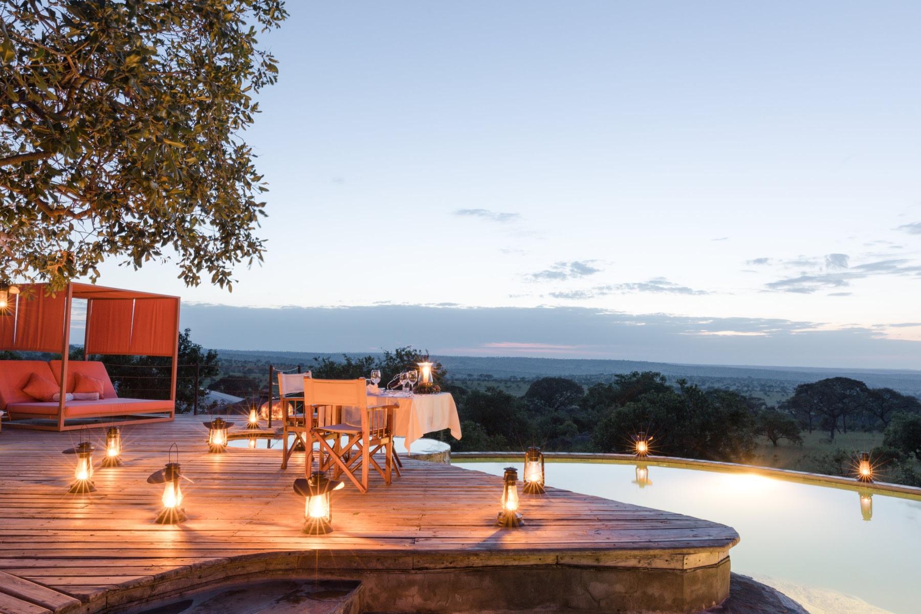Abendessen am Pool des Serengeti Bushtops