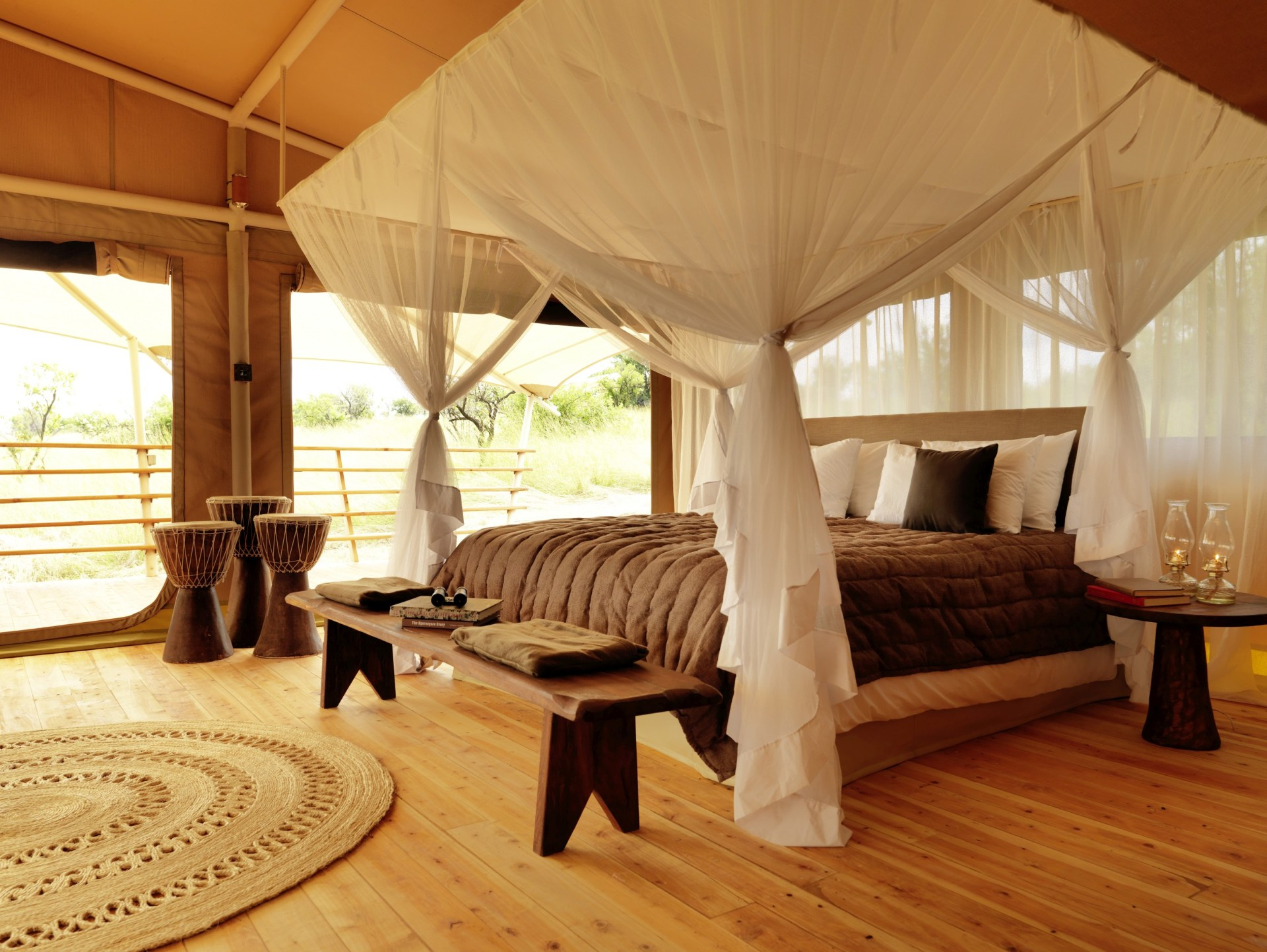 Schlafzimmer mit Doppelbett im Serengeti Bushtops