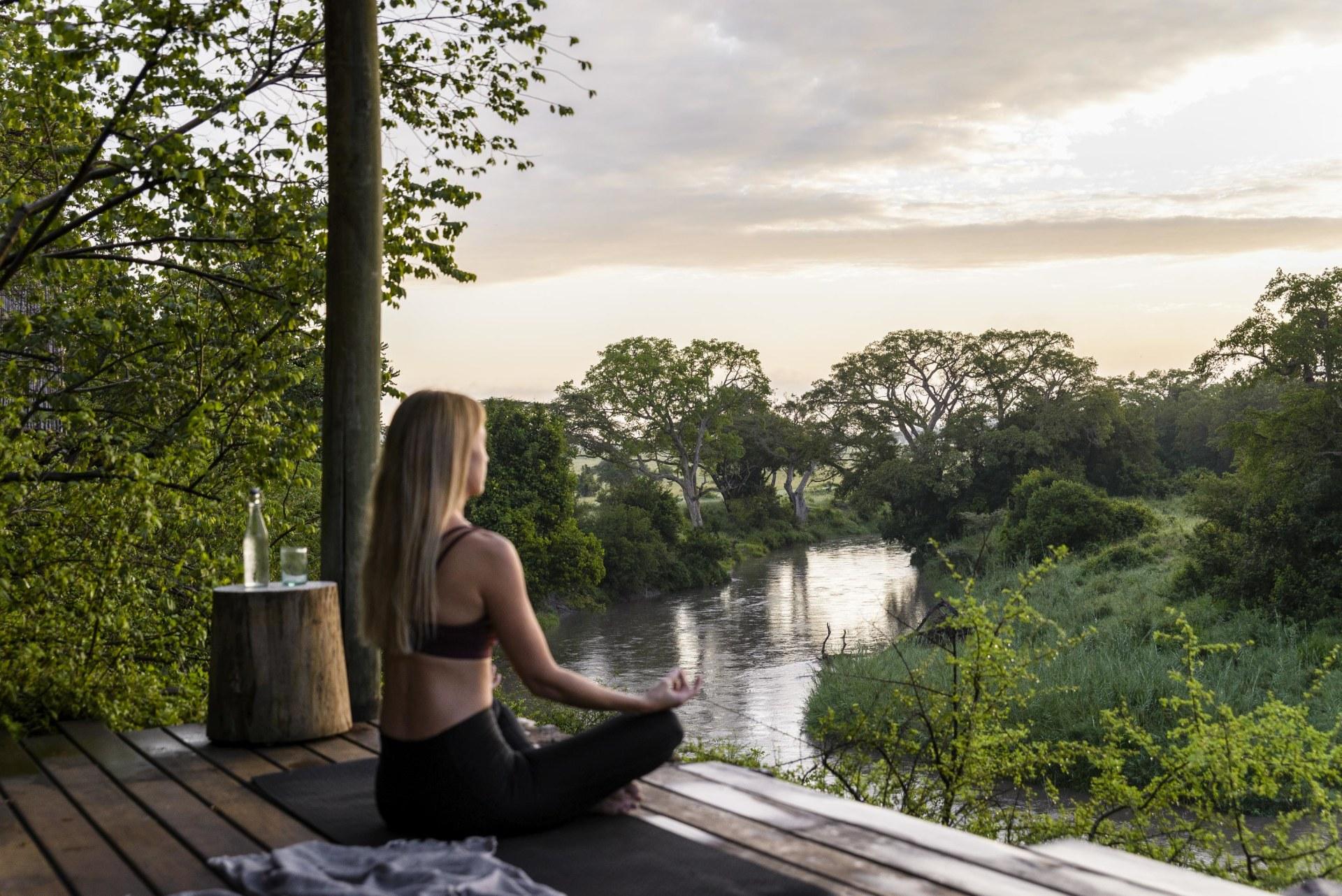 Yoga auf dem Holzdeck der Singita Faru Faru Lodge