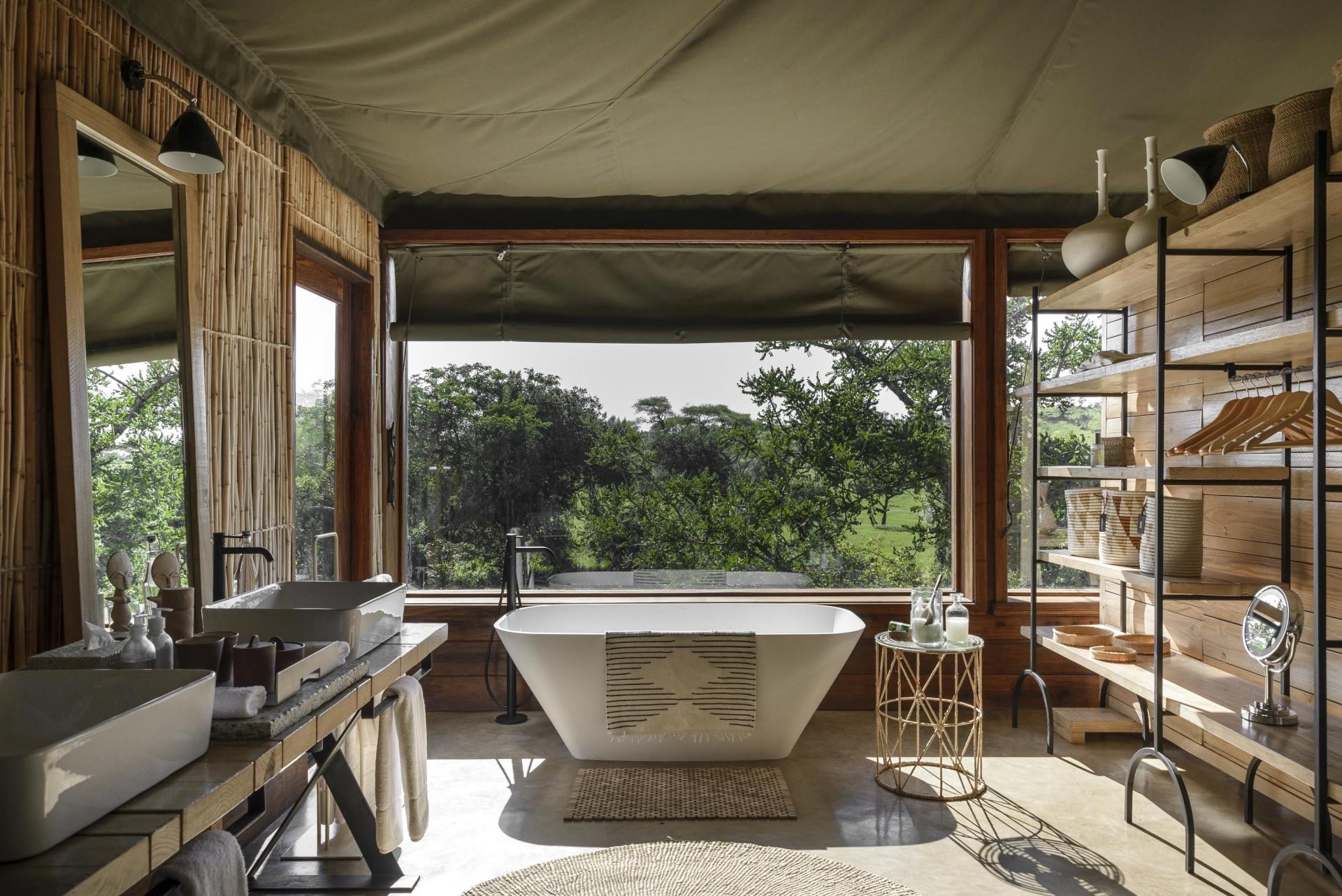 Badezimmer einer Suite in der Singita Faru Faru Lodge