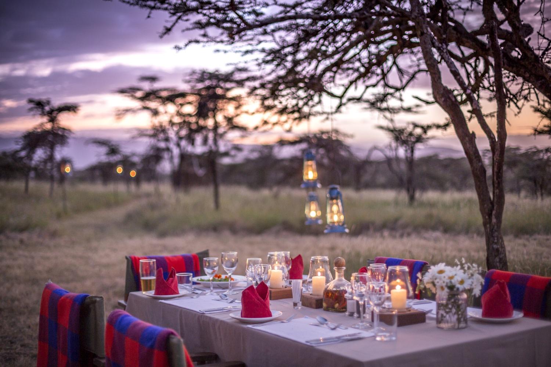 Abendessen unter dem Sternenhimmel in der Sirikoi Lodge