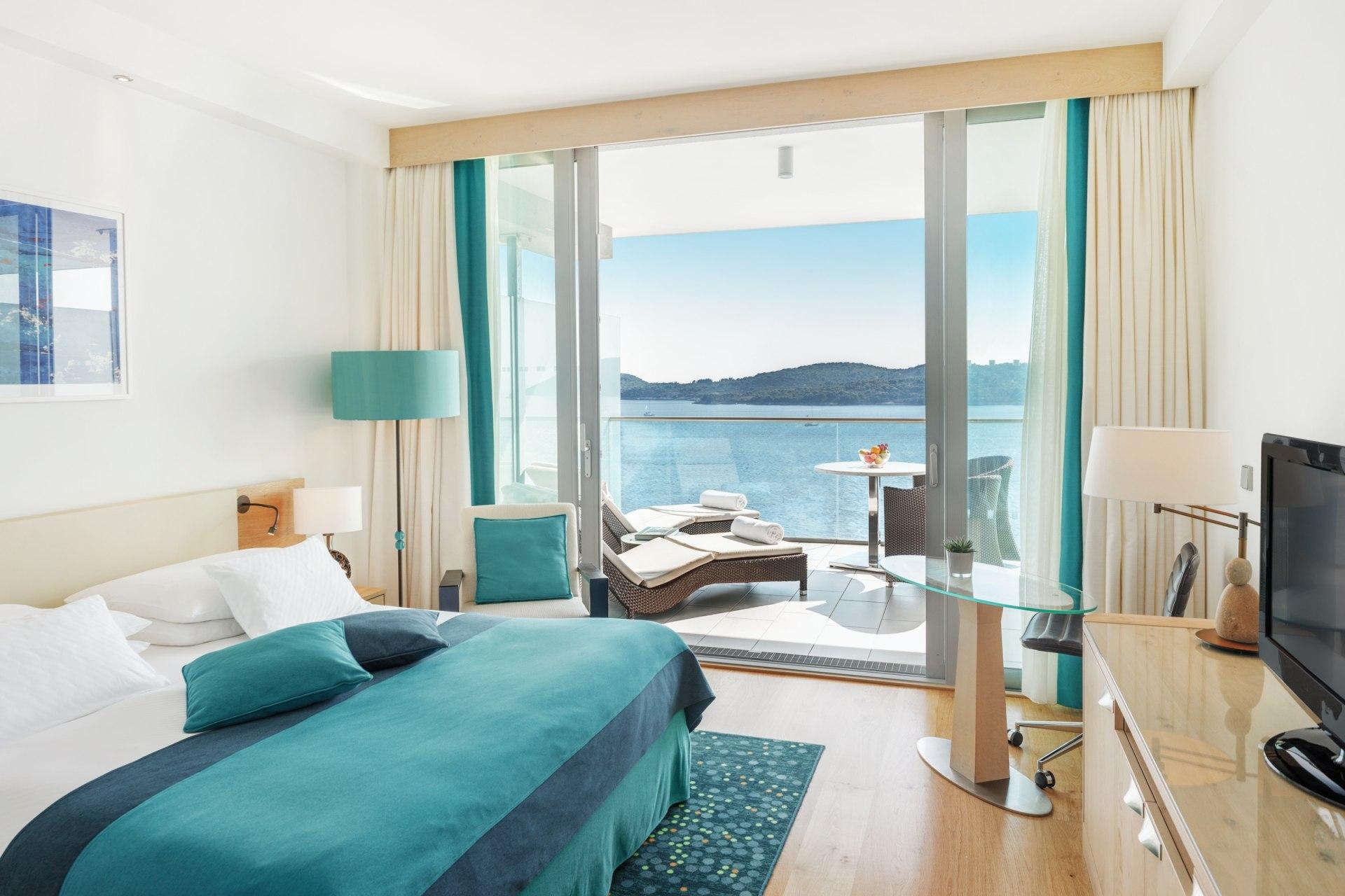 Innenansicht des Schlafbereichs des Club Zimmers mit Meerblick des Sun Gardens Dubrovnik