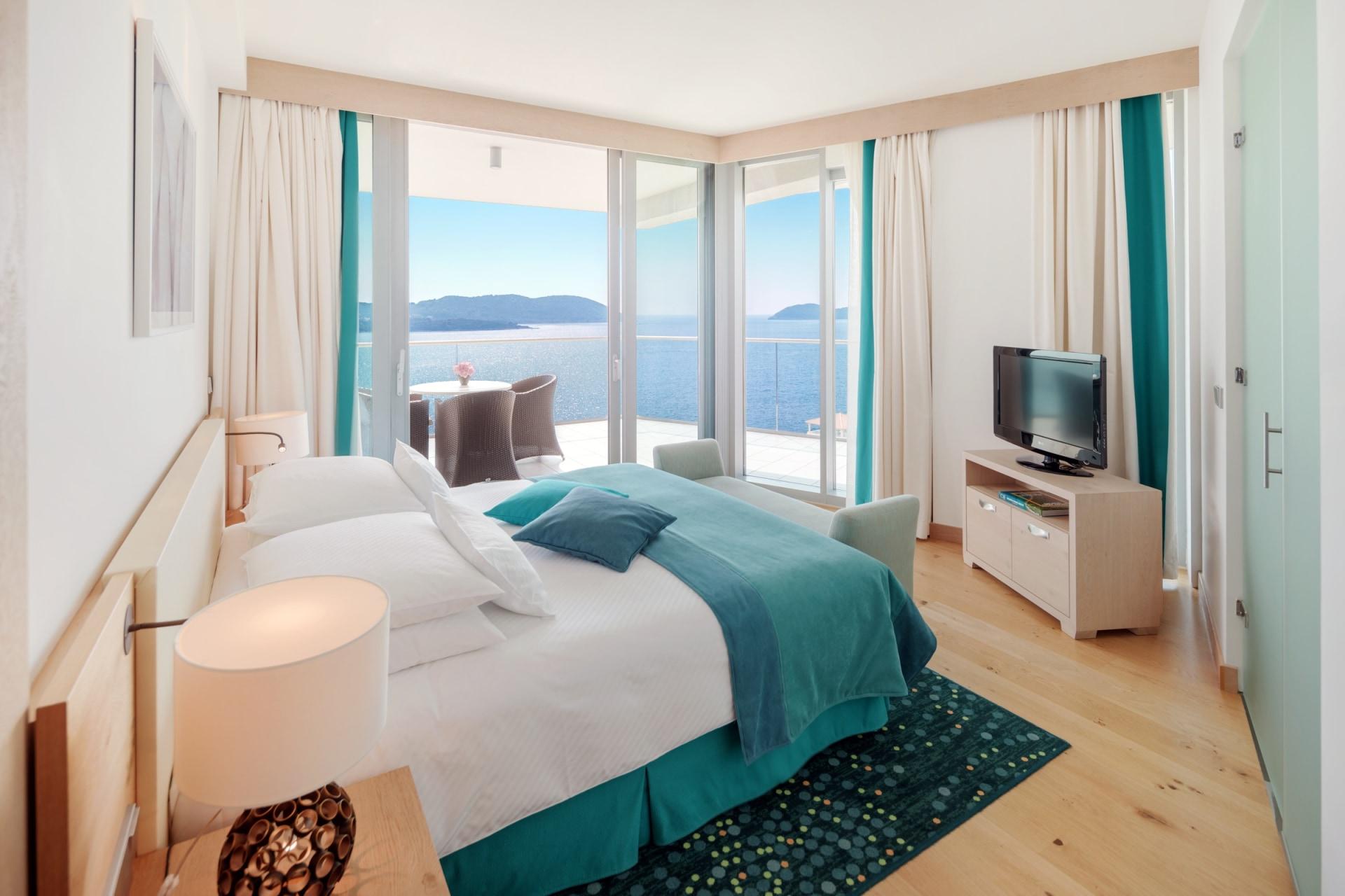 Innenansicht des Schlafbereichs der Club Suite mit Meerblick des Sun Gardens Dubrovnik