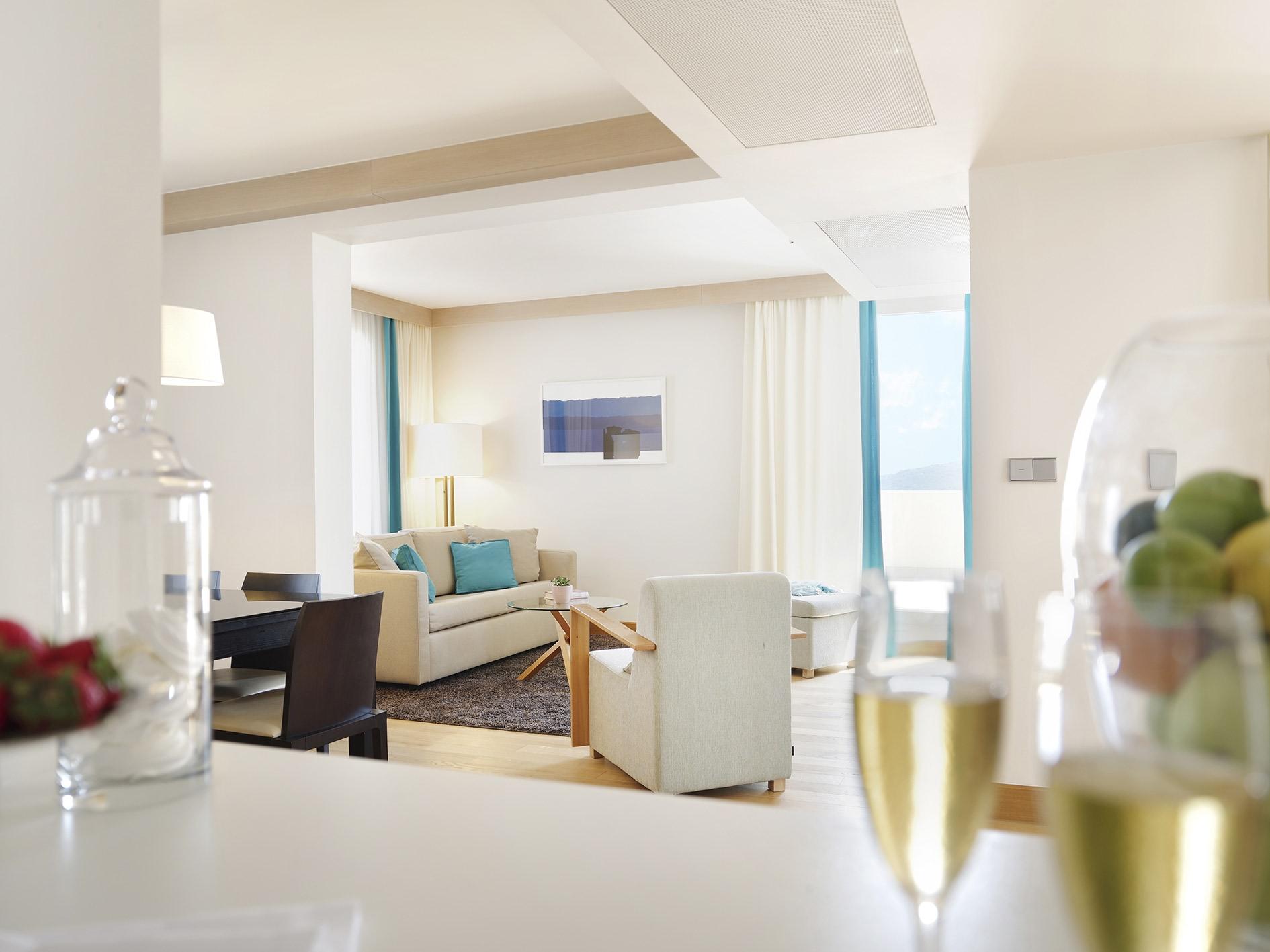 Innenansicht des Wohnbereichs des Deluxe One Bedroom Sea View Residence des Sun Gardens Dubrovnik