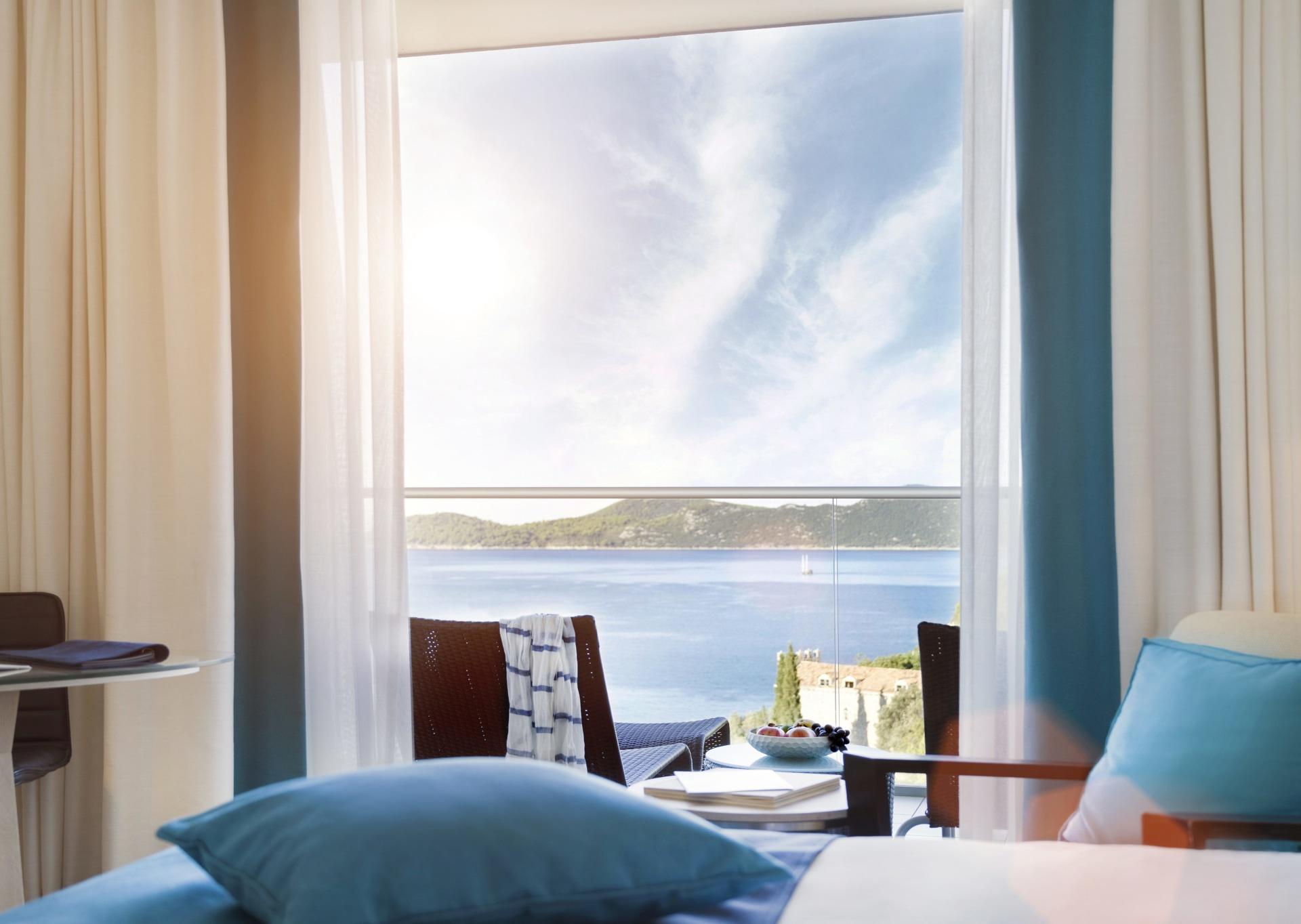 Innenansicht des Schlafbereichs des Deluxe Zimmers mit Meerblick des Sun Gardens Dubrovnik