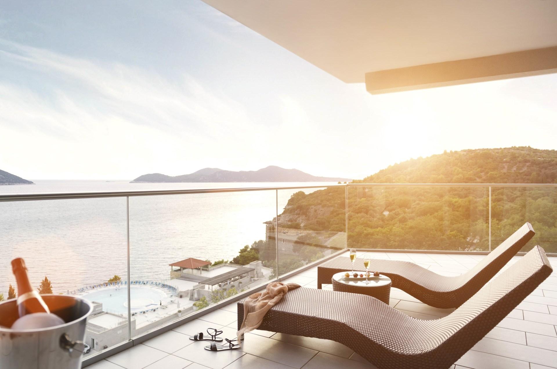 Außenansicht der Terrasse mit Meerblick der Executive Suite des Sun Gardens Dubrovnik