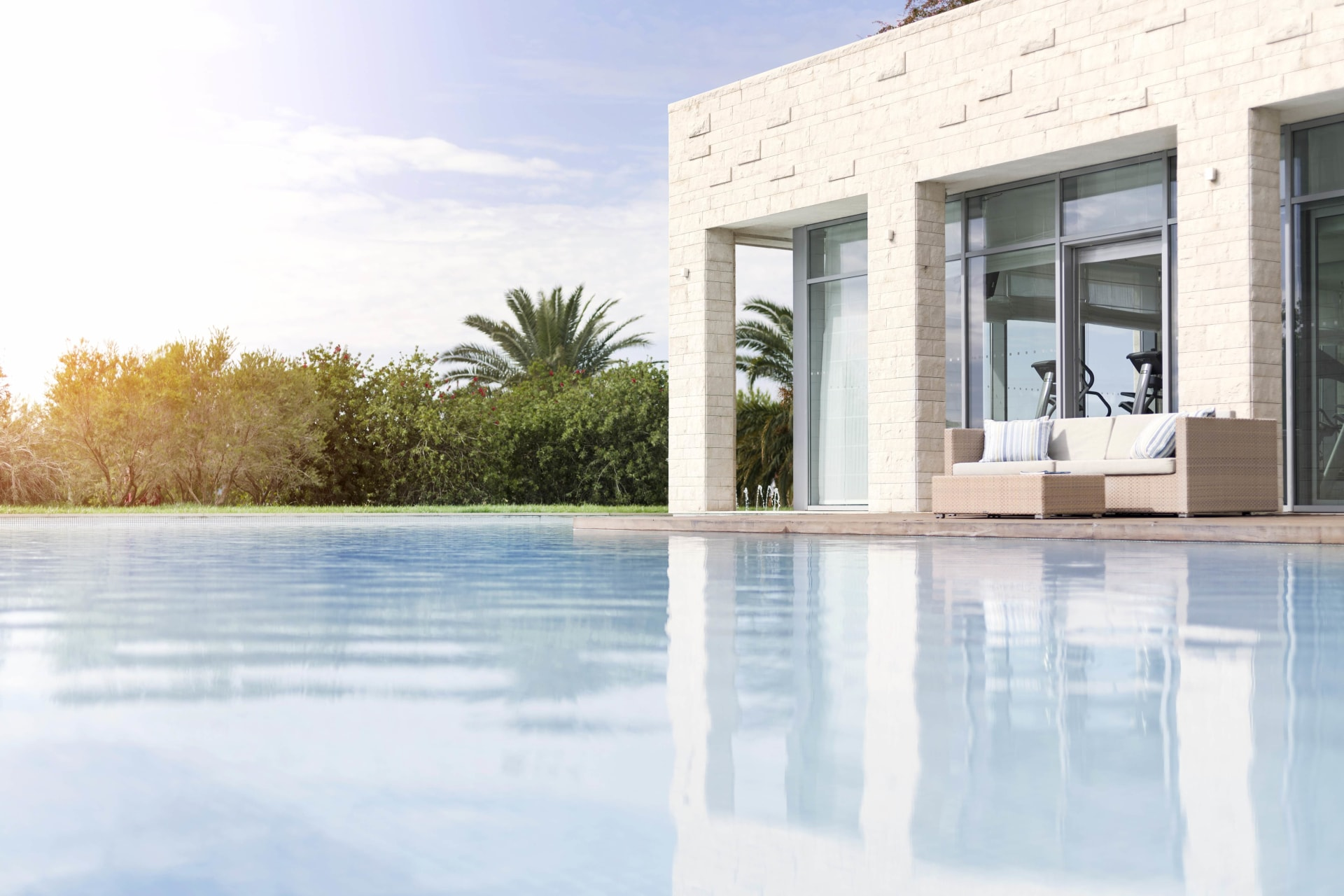 Außenfassade des Spabereichs mit Pool des Sun Gardens Dubrovnik