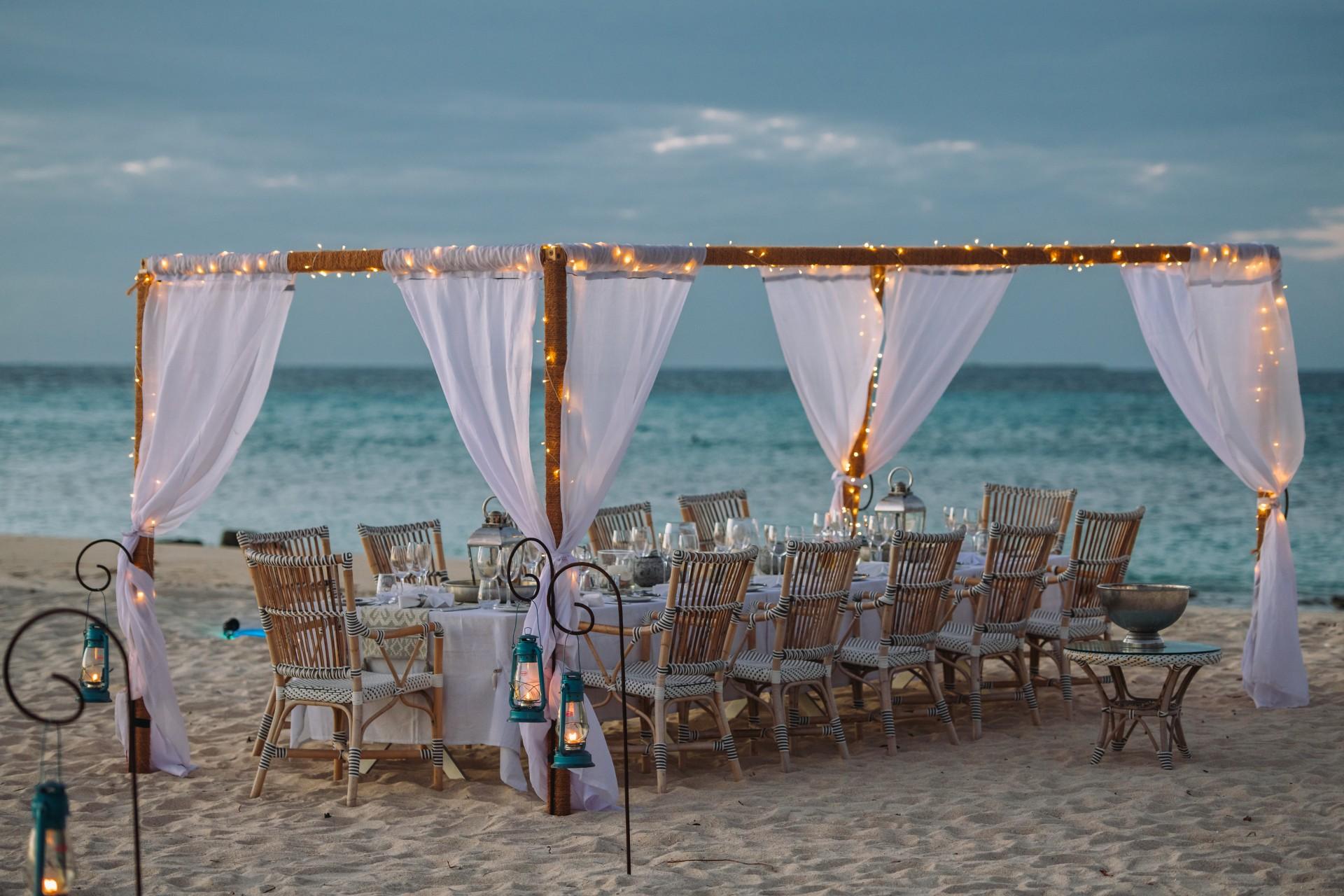Abendessen am Strand von Thanda Island