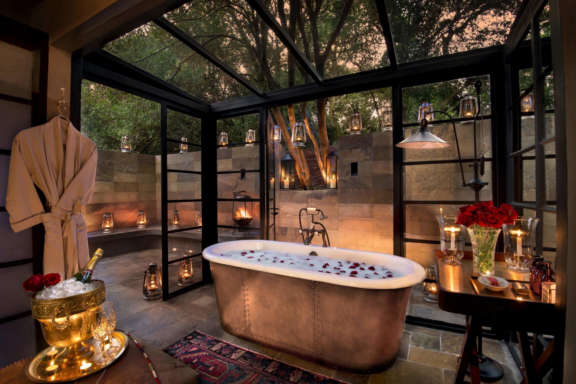 Freistehende Badewanne in der Suite des andBeyond Bateleur Camp