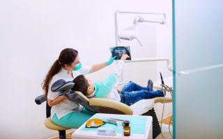 רופאת שיניים מראה צילום לילד