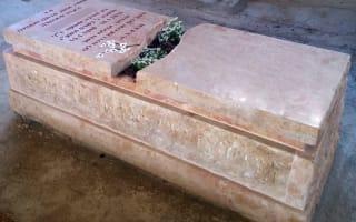 תמונה של מצבה מיוחדת משולבת אדנית פרחים