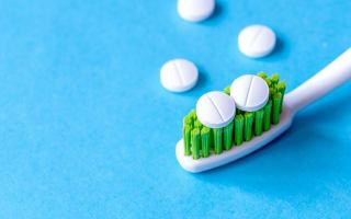 כדורים נגד כאבים חזקים על מברשת שיניים