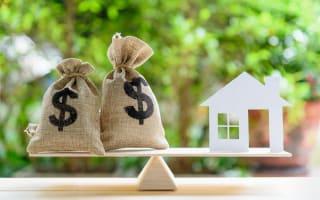 אילוסטרציה לריבית פריים במשכנתא - שקי כסף ודגם של בית על מאזניים