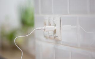 מטען מחובר לחשמל