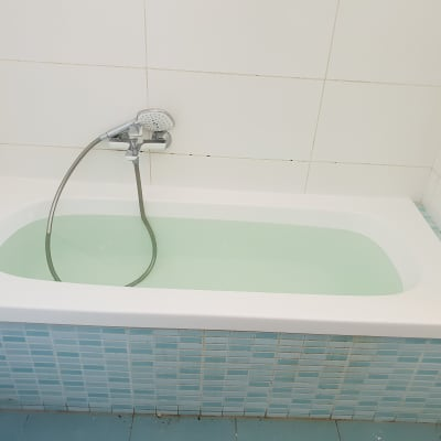 האמבטיה לאחר ההלבשה - לפני היתה הרבה חלודה בחזית