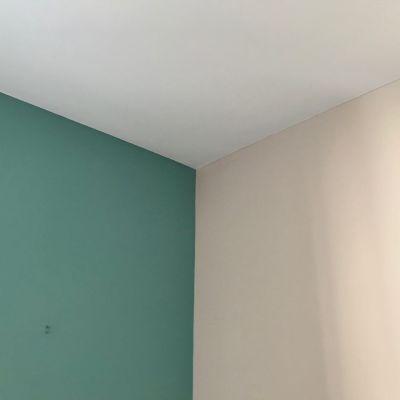 צביעת קיר כהה לצד קיר בהיר באחד החדרים