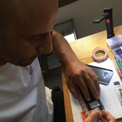 שאול מתקן את המכשיר בבית