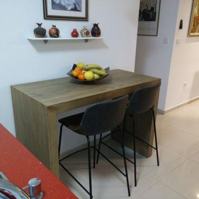 שולחן עם שני כסאות בר במטבח