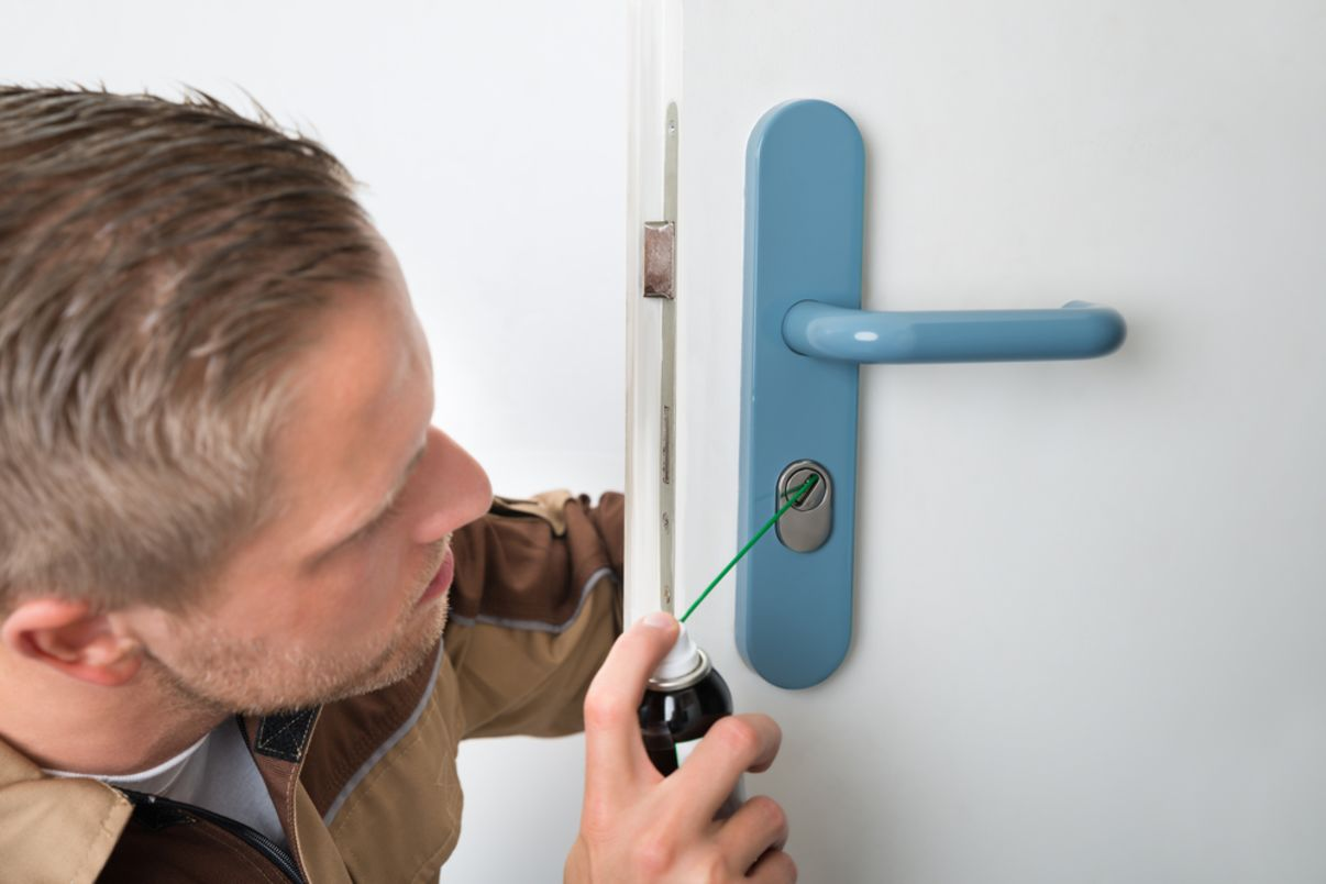 שימון מנעול דלת