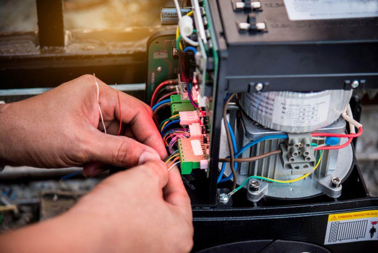תיקון מנוע של שער חשמלי