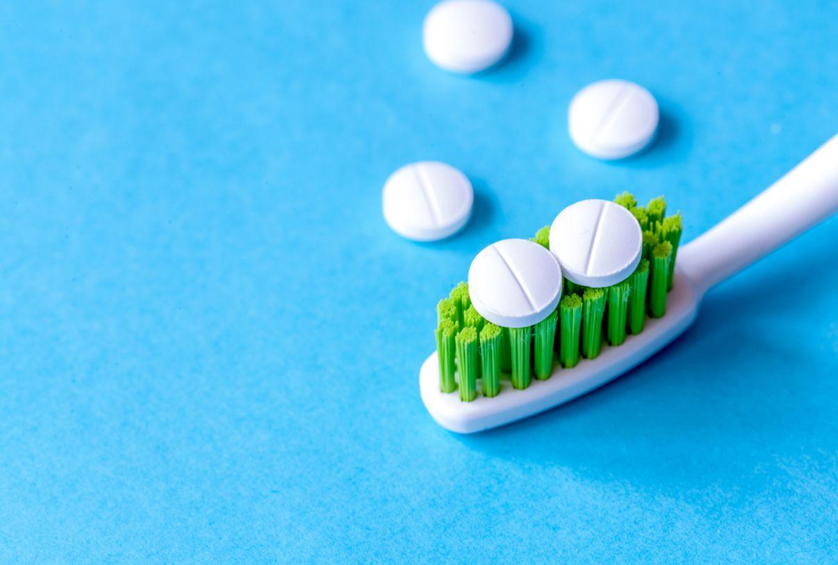 כדורים על מברשת שיניים   כאב שיניים