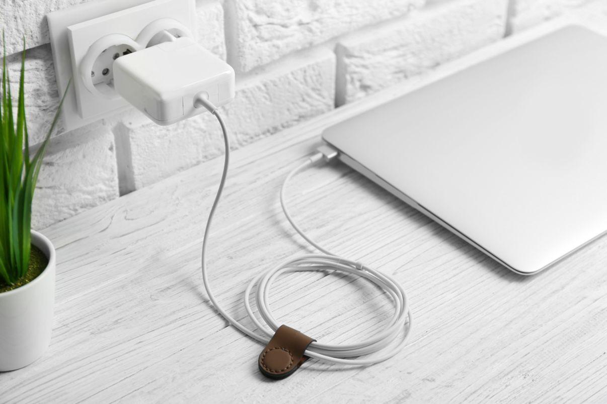 מחשב נייד מחובר לשקע החשמל