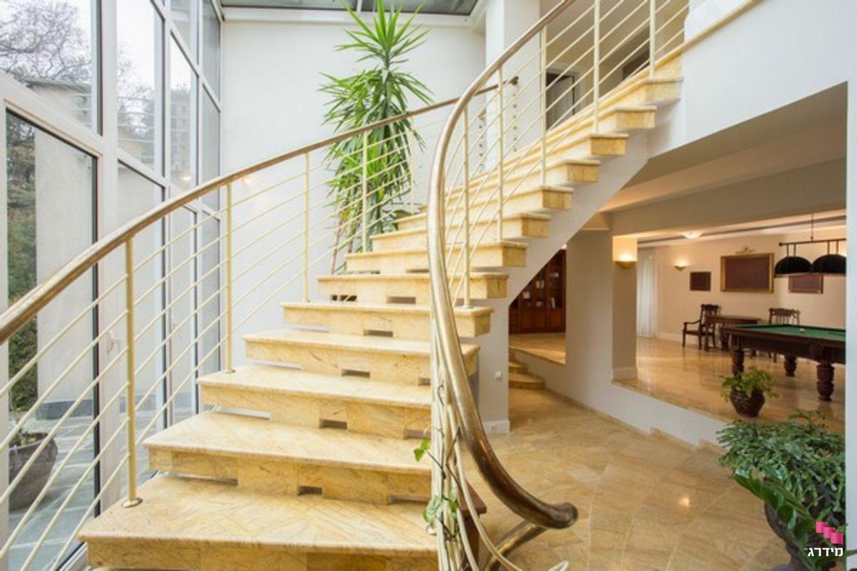 מדרגות שיש בתוך הבית