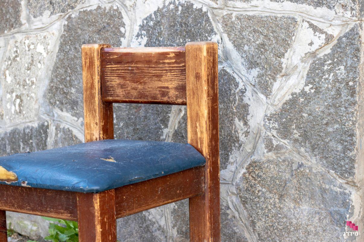 כיסא קרוע שצריך ריפוד חדש