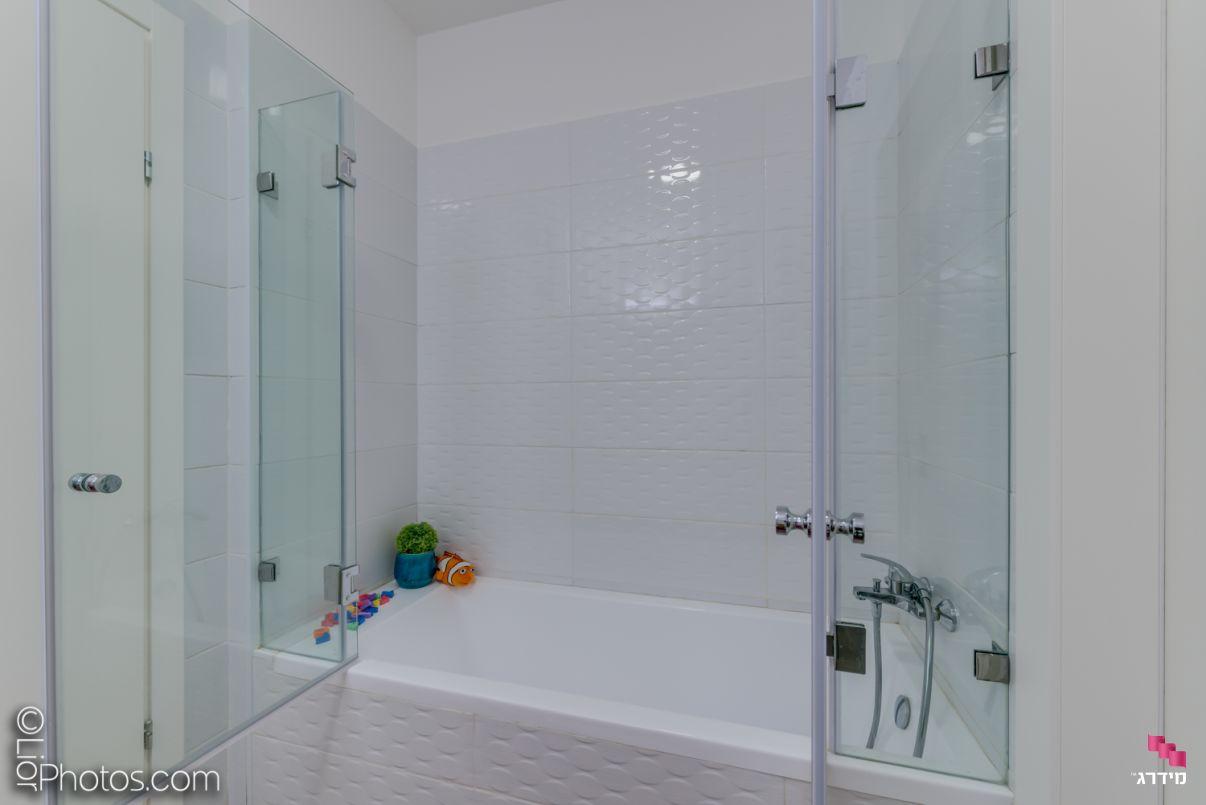 עיצוב מקלחת ילדים דירת קבלן