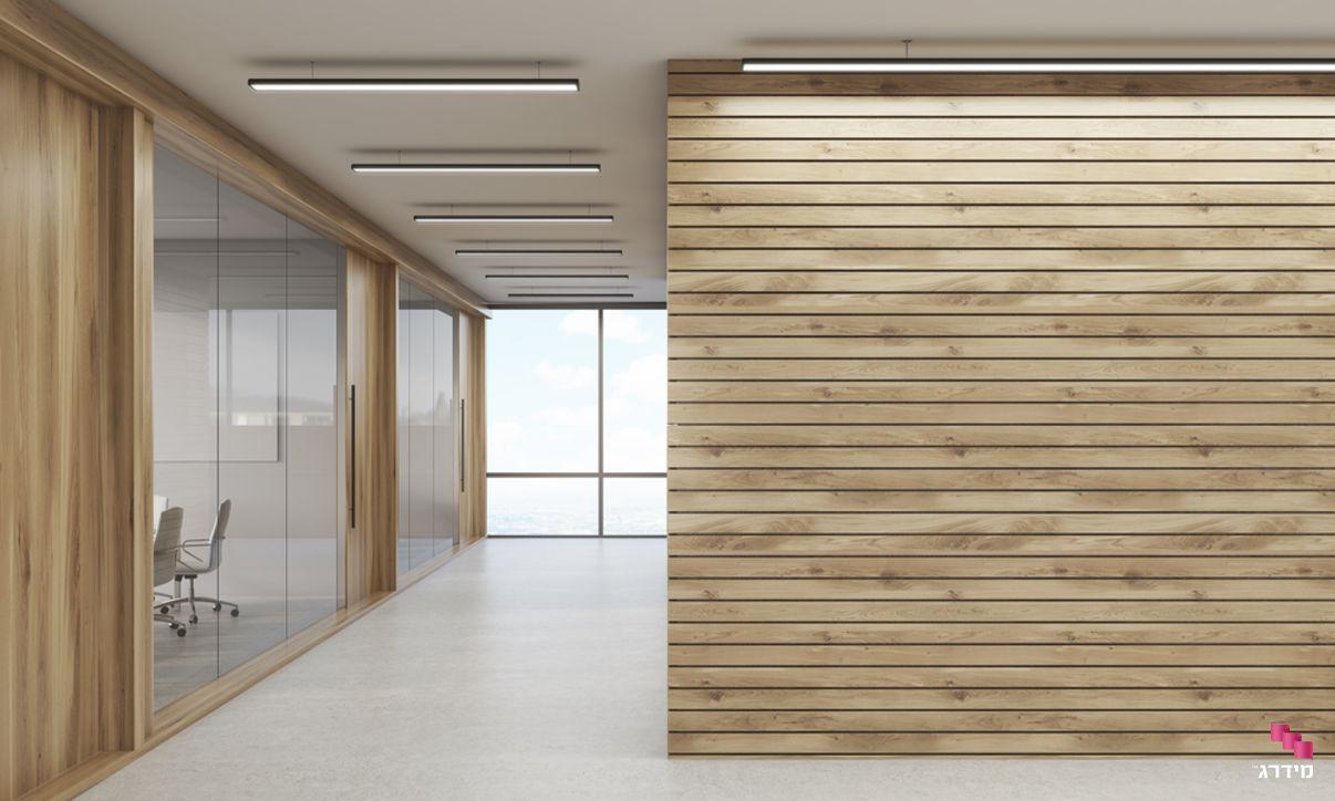 משרד עם חיפוי עץ