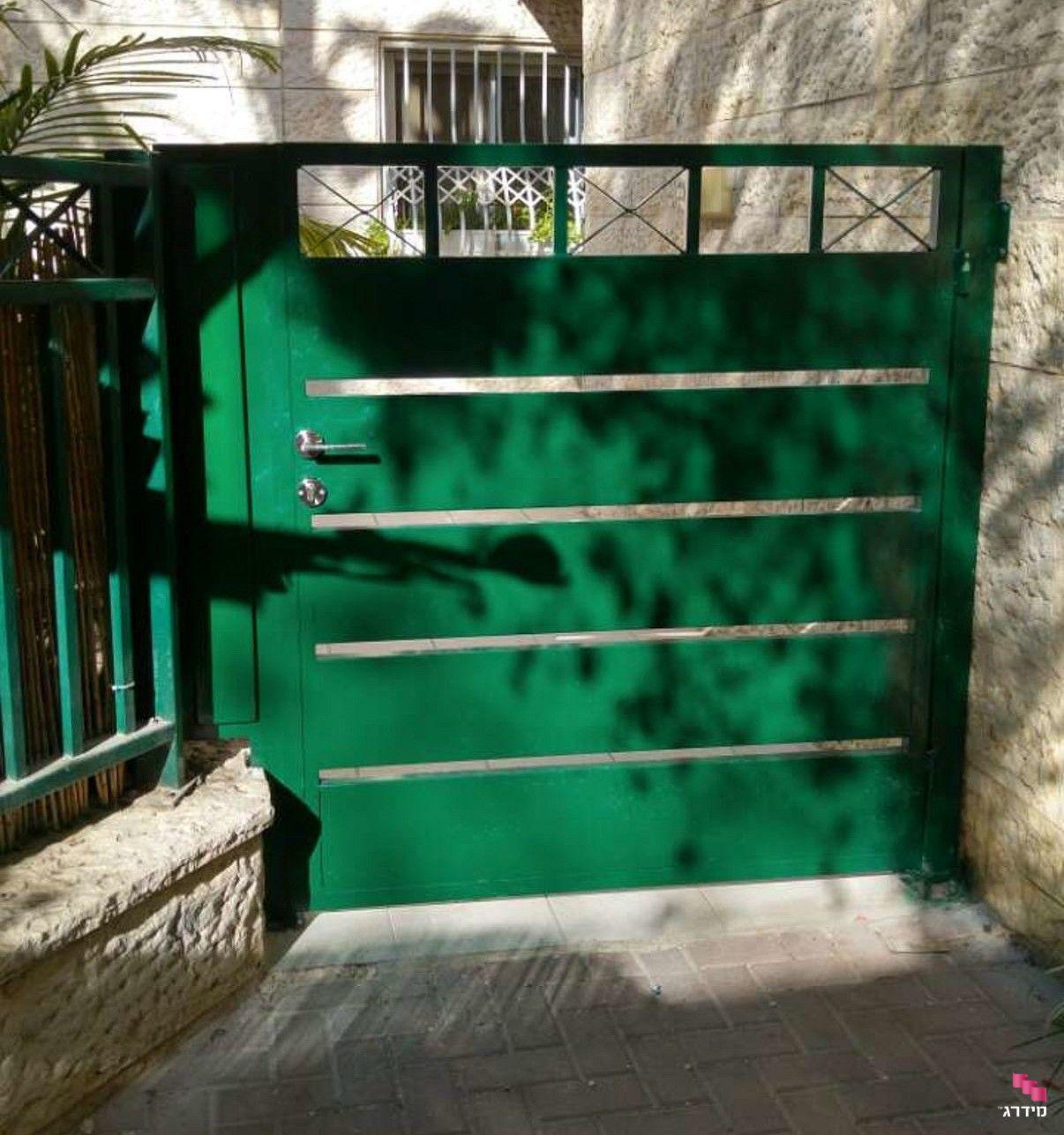 שער כניסה לבית צבוע