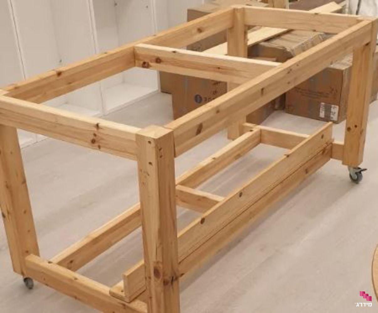 הרכבת רהיטים | שולחן עץ על גלגלים
