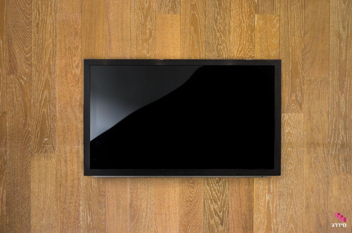 חיפוי עץ לקיר עם טלוויזיה
